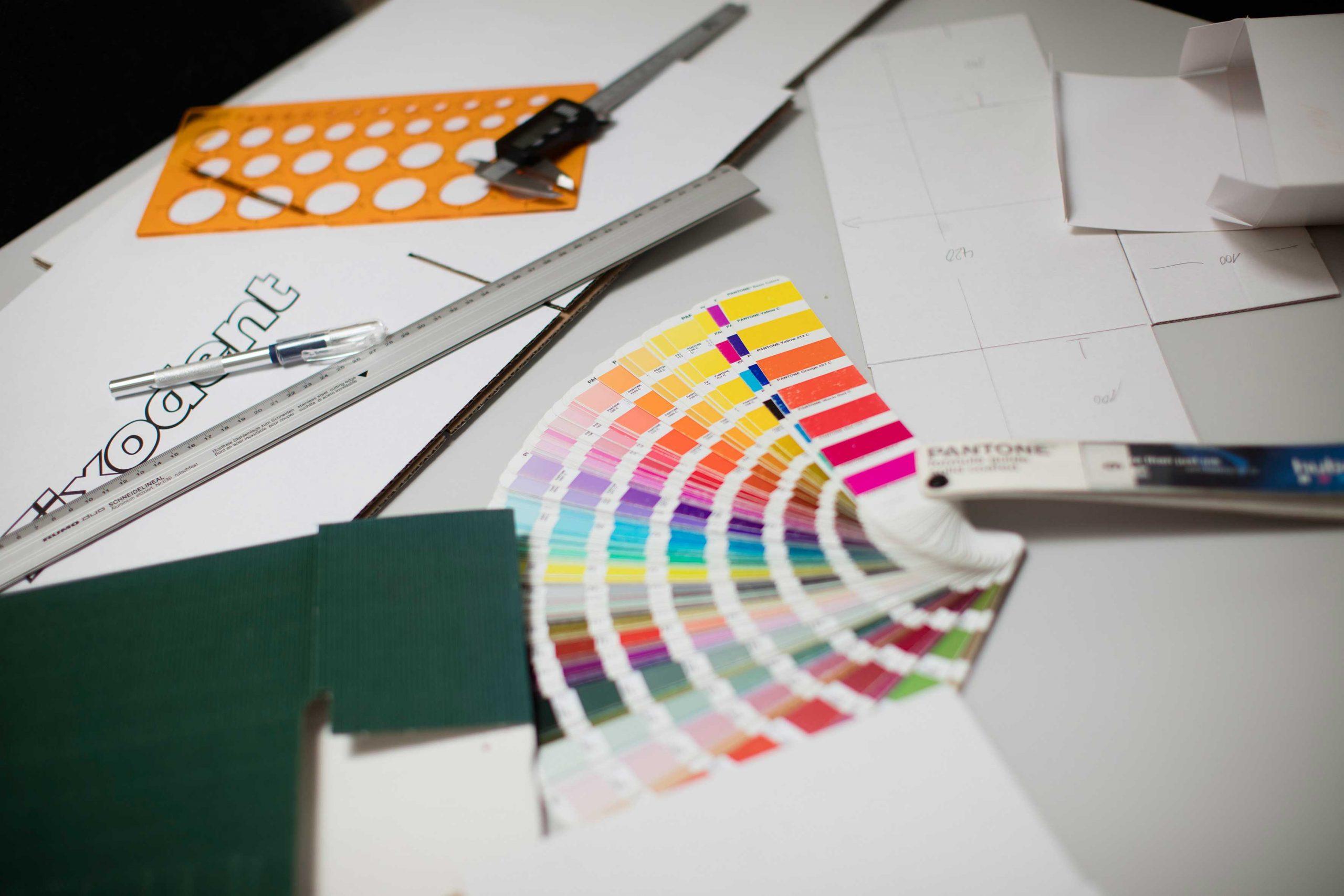 Farbfächer und Zeichenwerkzeuge